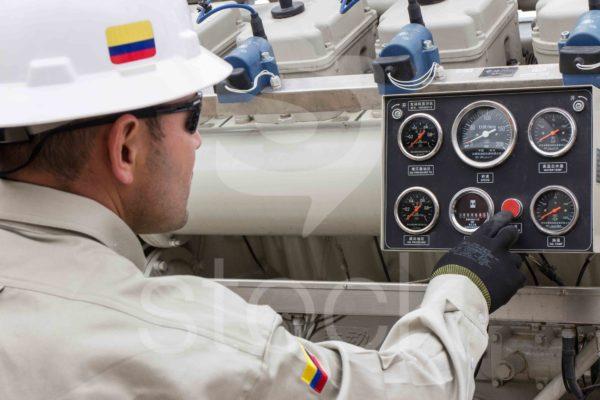 Trabajador de petroleos con su maquinaria en pozo