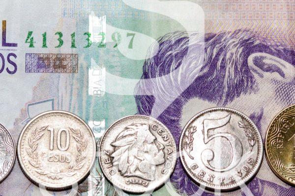 7 monedas Colombianas en orden de tamaño.