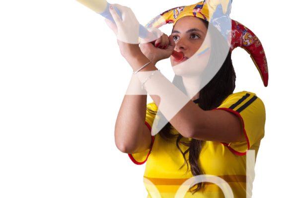 Aficionada colombiana con vuvucela al aire.
