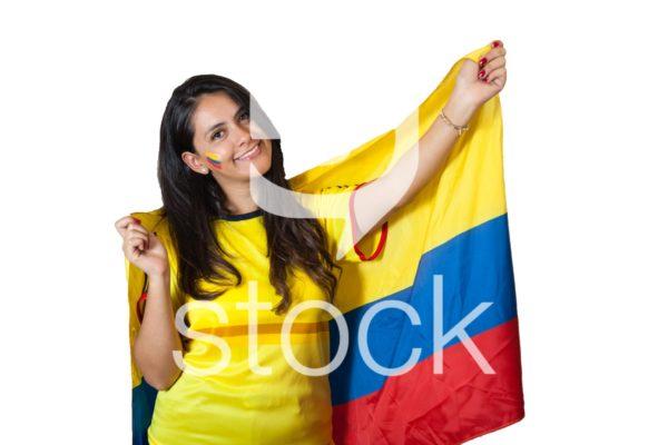 Aficionada con bandera de colombia en su espalda.