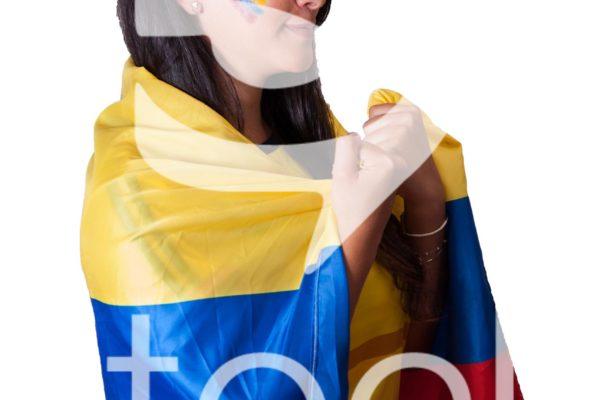 Aficionada contenta viendo el partido de colombia.