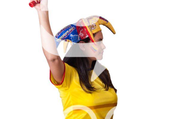 Aficionada extiende su brazo que sostiene una vuvucela.