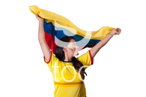 Aficionada levanta bandera de colombia.