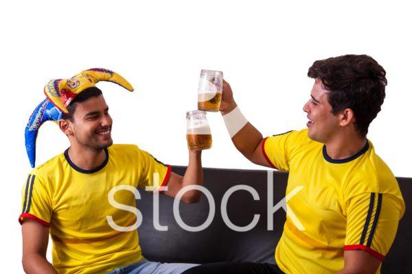 Hinchas celebrando victoria del partido con dos cervezas.