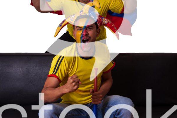 Hinchas gritando el gol de colombia.