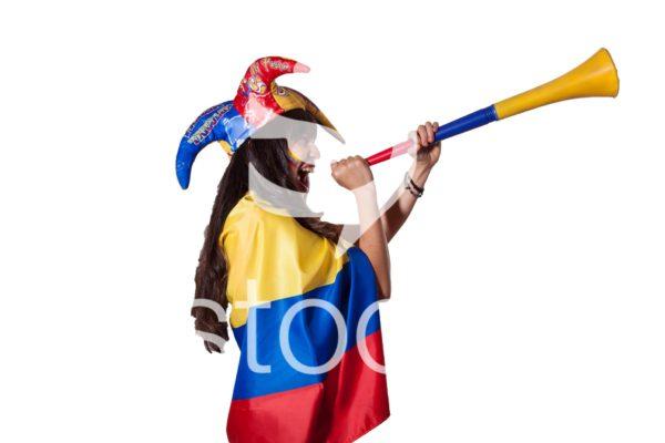 Aficionada con vuvucela apoyando a colombia.