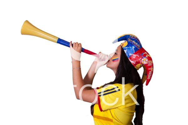 Aficionada hace sonar la vuvucela en el partido de colombia.